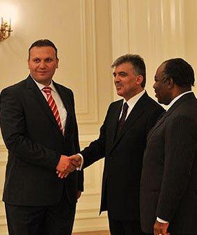 Karmod was uitgenodigd in het presidentiële paviljoen