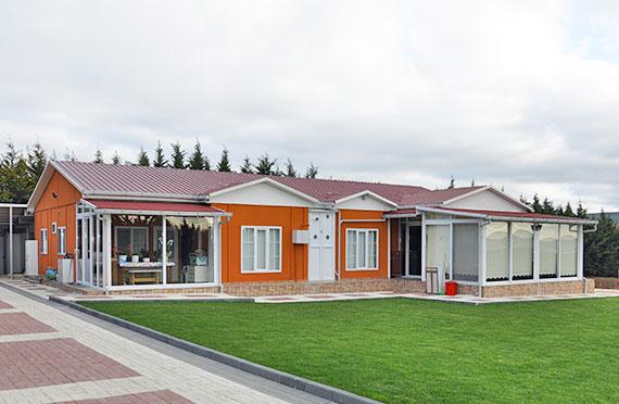 Twee verdiepingen geprefabriceerde huizen