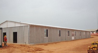 Een geprefabriceerd mijn bouwplaats in Senegal