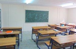 Karmod voltooid een geprefabriceerd middelbare schoolgebouw